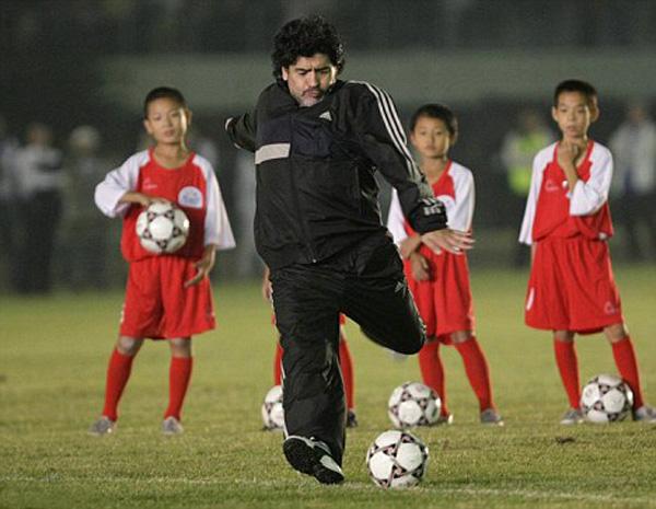 foto di Maradona con bimbi in Cina