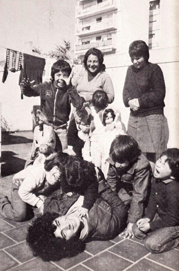 Diego nella sua casa a sua casa nel barrio de La Paternal. con i suoi fratelli e nipoti, sotto lo sguardo di Doña Tota