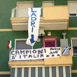 Foto da un balcone: «Campioni» e «Ladri»
