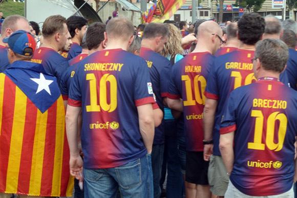 foto di tifosi con maglia del barcellona personalizzata