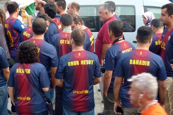 foto di tifosi stranieri con maglia del barcellona personalizzata