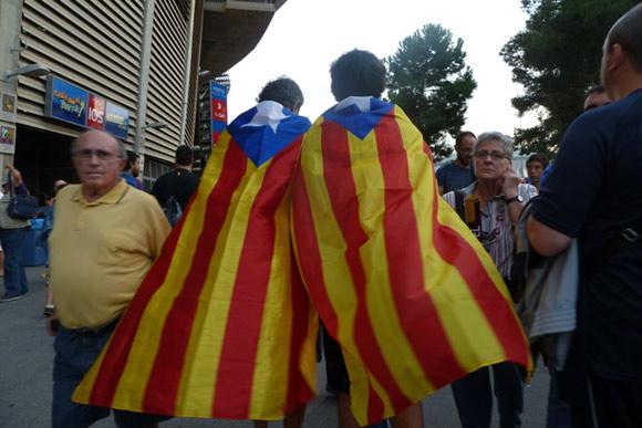 foto della bandiera estelades indosso ai tifosi