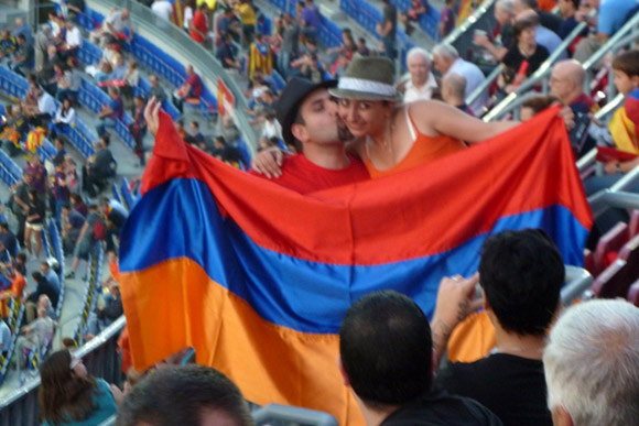 foto della coppia di armeni con bandiera