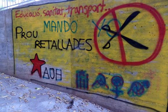 foto di graffiti e scritte sui muri contro i tagli