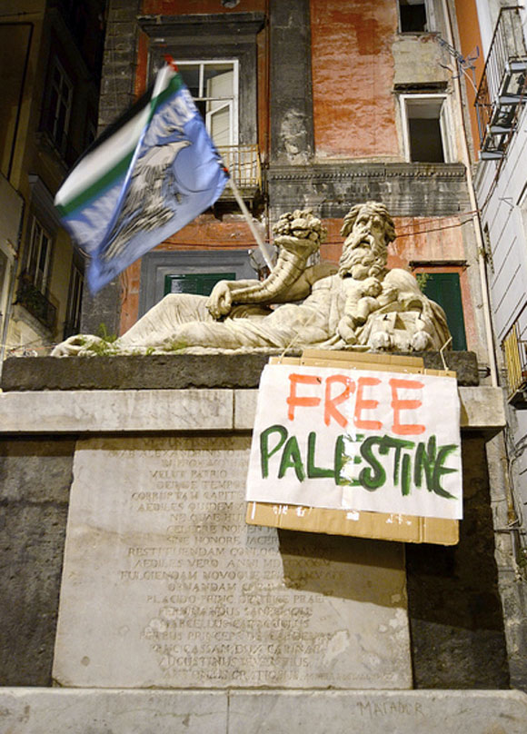 Cartellone Free Palestine in Piazza Nilo a Napoli