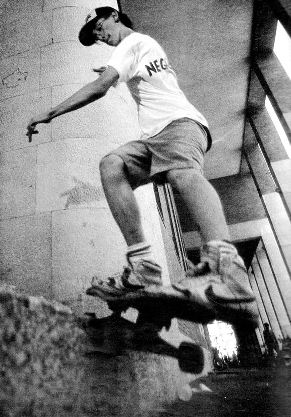 foto di Scalva on skate con maglietta Negazione homebrew