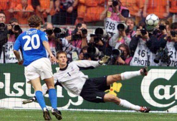 foto di Totti - il cucchiaio a Van Der Sar