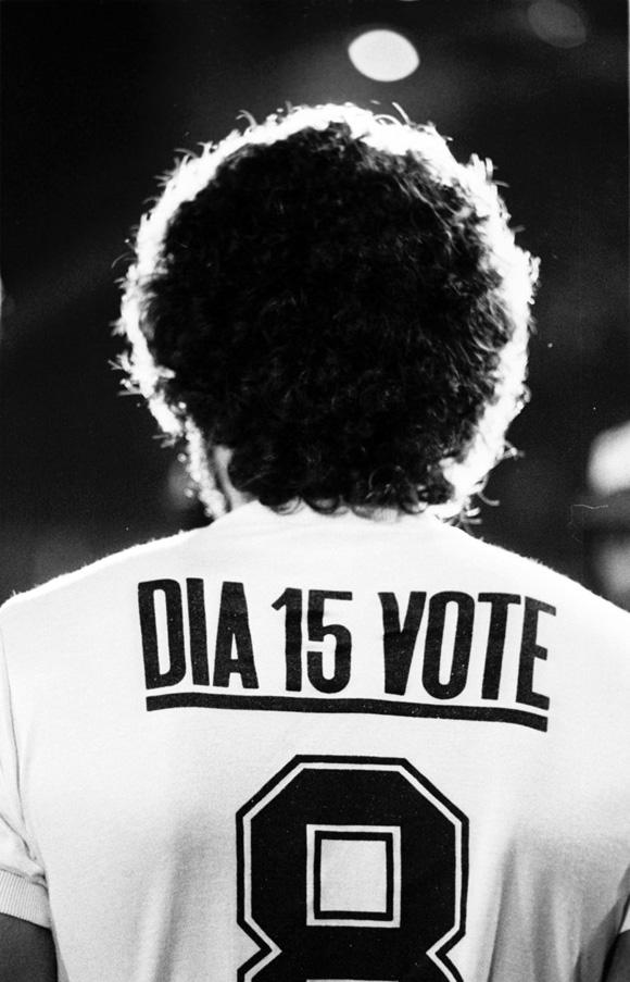 foto di Sócrates di spalle, al posto dello sponsor «Dia 5 vote»