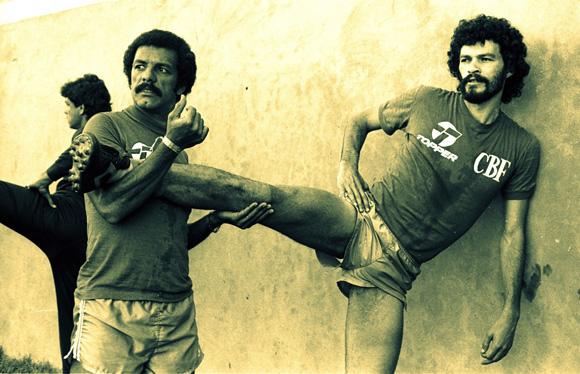foto di Sócrates che fa stretching con (Leovegildo Lins da Gama) Júnior