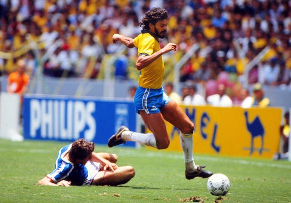 foto di Sócrates in azione contro la Scozia al Mondiale 1982