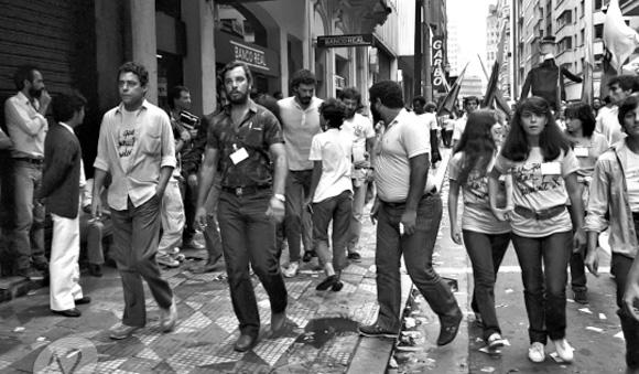 Chico Buarque e Sócrates alla manifestazione per la Diretas nel viale Anhangabaú a San Paolo