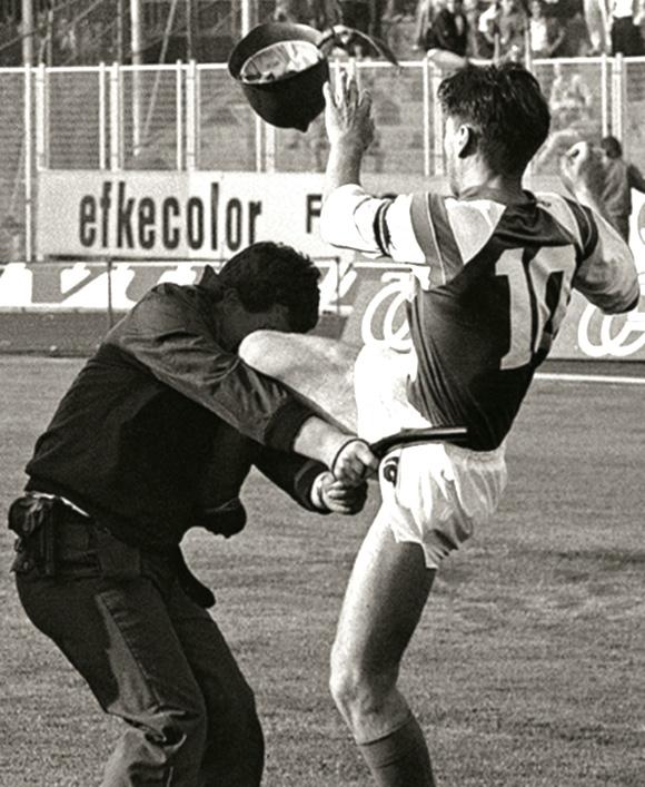 La ginocchiata di Zvonimir Boban al poliziotto