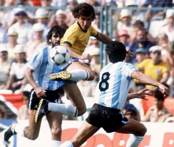 Zico con la Selecao contro l'Argentina