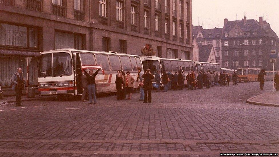 Bus dei tifosi del Newport giunti a Jena, DDR