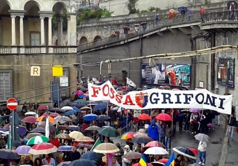 Fossa Grifoni ai funerali di Don Gallo, genoano