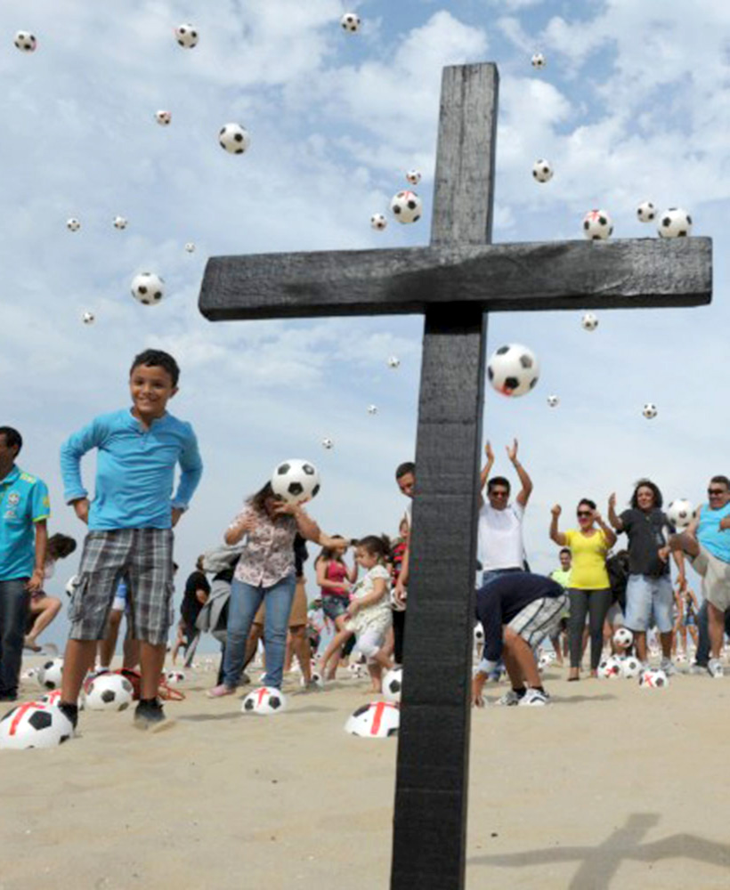 Palloni e croci sulla spiaggia, Brasile, 2013