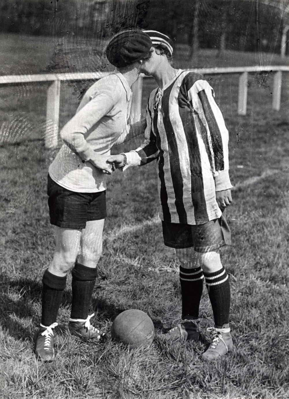 1920, Inghilterra-Francia, il bacio tra le capitane Alice Kell e Madeline Bracquemond